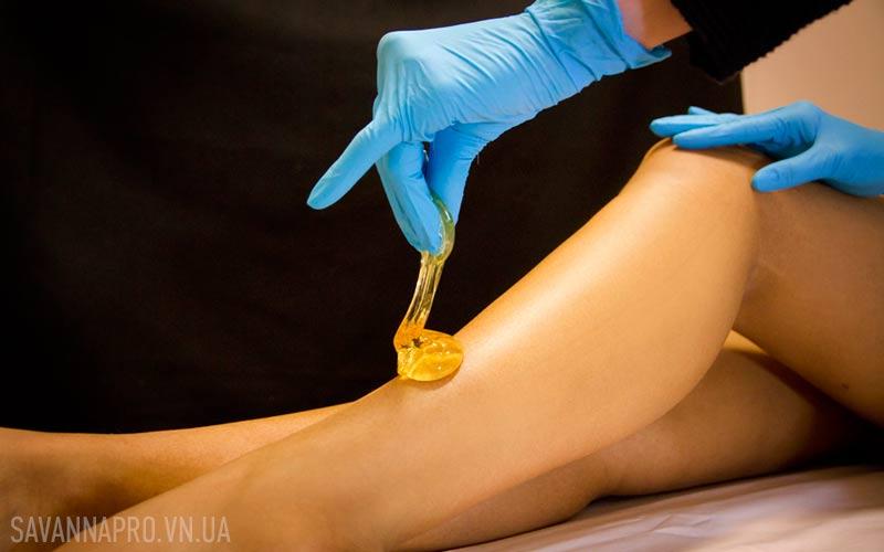 Фото нанесення цукрової пасти на ногу