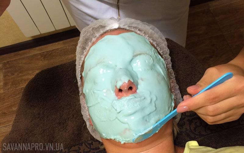 нанесення альгінатної маски на обличчя