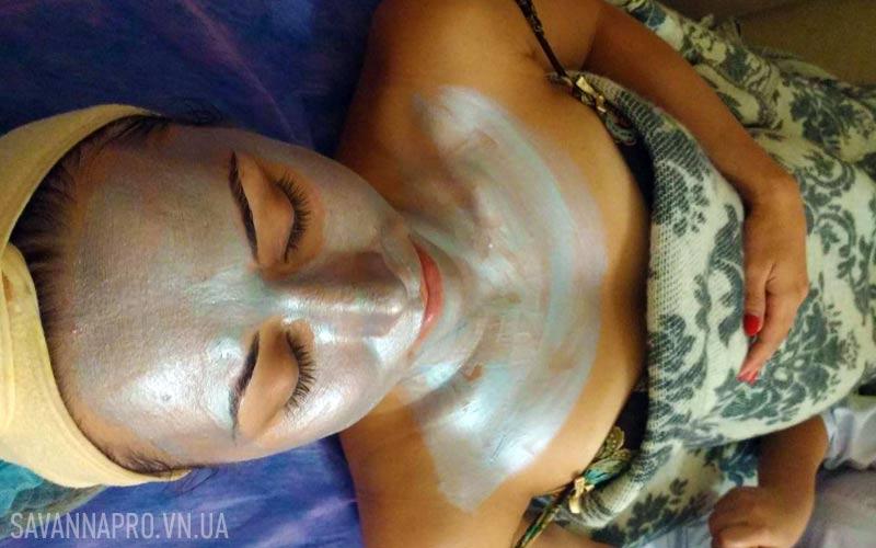 серебряная маска нанесена на лицо, шею, декольте