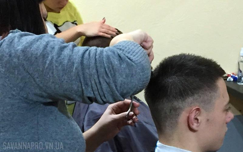 Исполнение мужской стрижки на курсах парикмахера