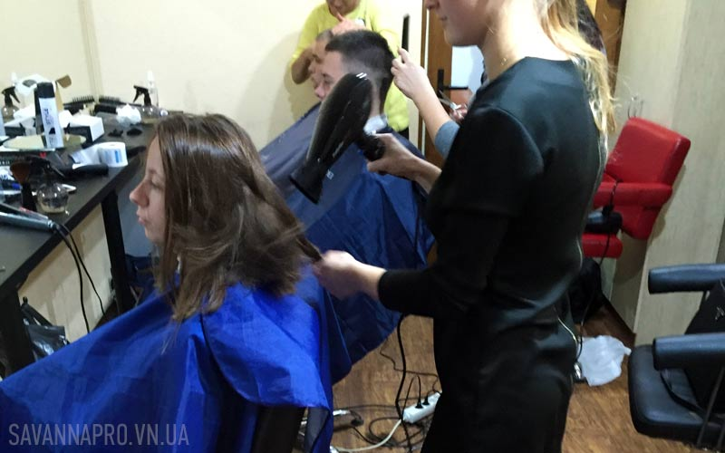 Студенты стригут волосы и сушат феном